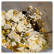 Перемешиваем игредиенты салата