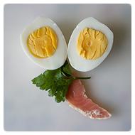 Яйца, рыба и зелень.