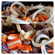 Добавляем в мясо овощи